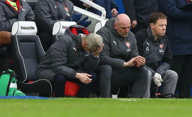 Arsène Wenger (vas.) ei kestä katsoa joukkueensa taaperrusta Brighton-ottelussa.