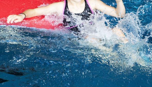 Pienet lapset joutuivat potentiaaliseen hengenvaaraan, kun aikuinen jätti heidät ilman valvontaa uimahallissa. Kuvituskuva.