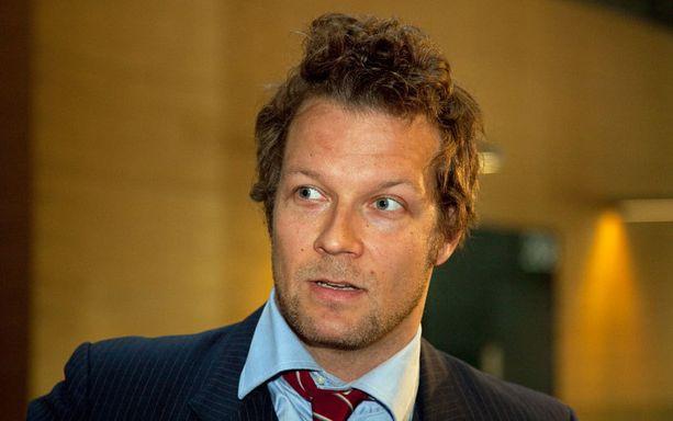 Näyttelijä Antti Luusuanniemi kuuluu kolmihenkiseen taiteilijaryhmään, joka sai tuomion petoksesta ja väärennöksestä.