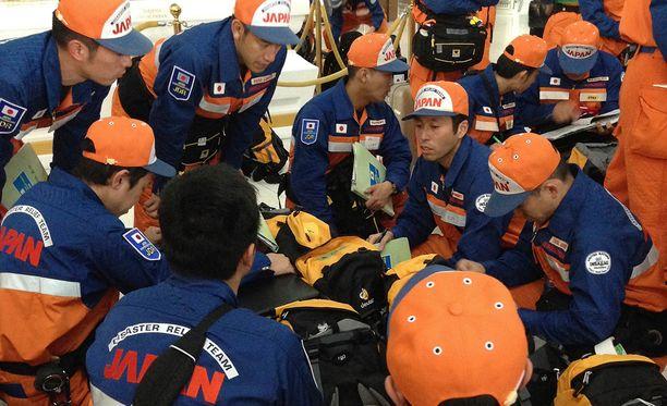 Japanilaisia pelastustyöntekijöitä Bangkokin kansainvälisenllä lentoasemalla.