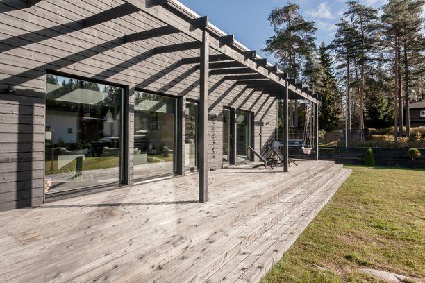 Espoossa sijaitsevassa puutalossa on neliöitä yhteensä hieman yli 113. Moderni koti on rakennettu 2016.