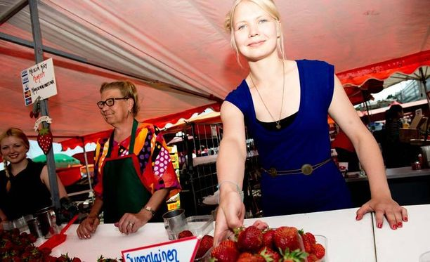 Ajatus kesäherkkuja syömällä laihtumisesta saa Riikka Husson nauramaan. – Mansikathan ovat pelkkää sokeria. Hän kuitenkin allekirjoittaa mansikoiden terveellisyyden muihin herkkuihin verrattuna.