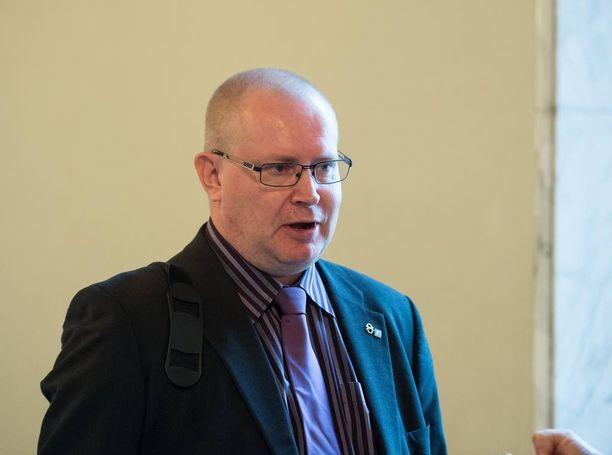 Oikeusministeri Jari Lindström (ps) aikoo laittaa vauhtia hankkeeseen, jossa selvitellään suomalaisten kantaa tuomioihin.