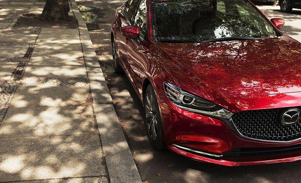 Uusi Soul Red Crystal -maali imee valoa varjokohdissa. Näin auton muodot pääsevät paremmin esille.