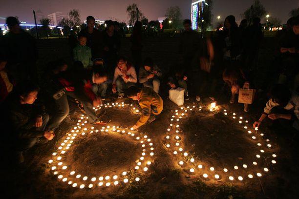 Nuoret sytyttivät kynttilöitä Wuhanissa, Kiinassa, juhlistaakseen 60 minuuttia kestävää Earth Houria.