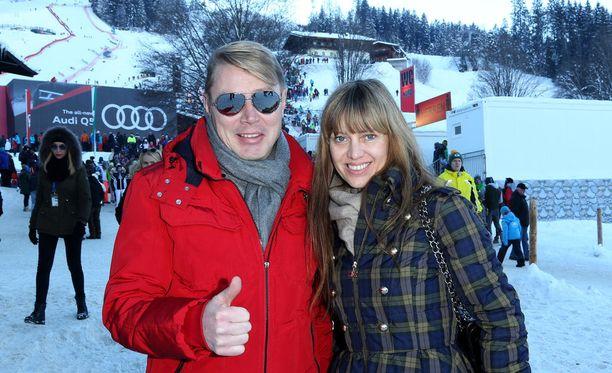 Kaksinkertainen maailmanmestari Mika Häkkinen saapuu Linnaan ensimmäistä kertaa Marketa-vaimonsa kanssa.