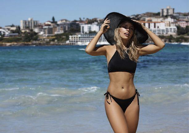 Bikinibloggaaja Natasha Oakley nimesi itseruskettavan yhdeksi luottotuotteekseen. (kuva BikBok)
