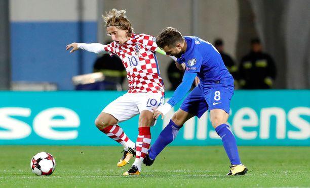Luka Modric ja Perparim Hetemaj taistelivat pallosta keskikentällä.