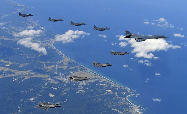 Etelä-Korean taivaan yllä pommikoneita.