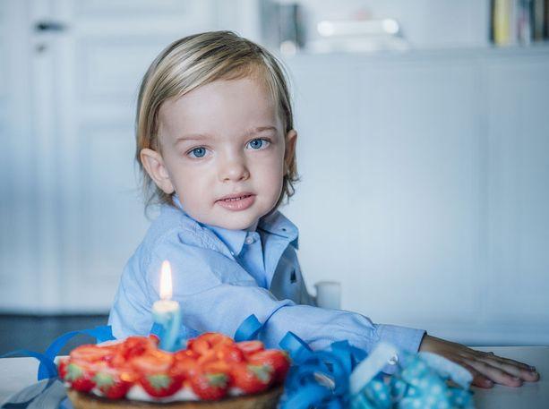 2-vuotias pikkuprinssi juhli merkkipäiväänsä mansikkakakun kera.
