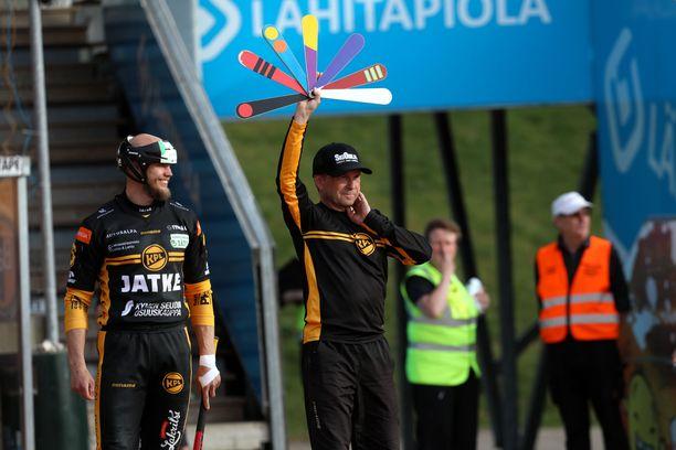 Juho Hacklin (vasemmalla) saa Toni Laakson hymyilemään luokattomilla jutuillaan. Pelinjohtaja Matti Iivarinen yrittää puolestaan painottaa kärsivällisyyttä.