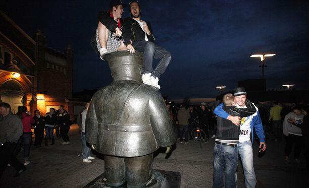 Oulun uuttera Toripolliisi-patsaskin pääsi kannattelemaan voitonjuhlijoita.
