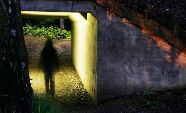 Tuomittu mies iski molemmilla kerroilla pimeällä tiellä. Kuva ei liity juttuun.