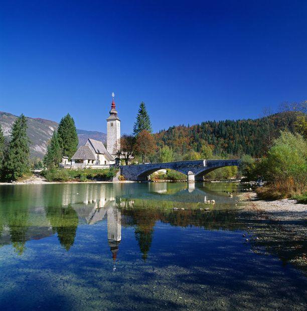 Juliaanisilla Alpeilla sijaitseva Bohinj-järvi on 20 kilometriä pitkä ja viisi kilometriä leveä.