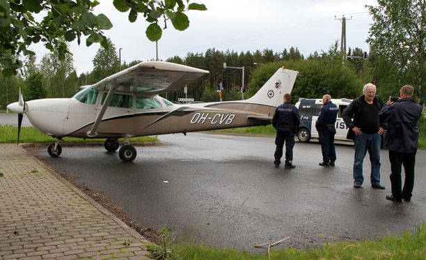 Pienkoneen moottori sammui kesken lennon.