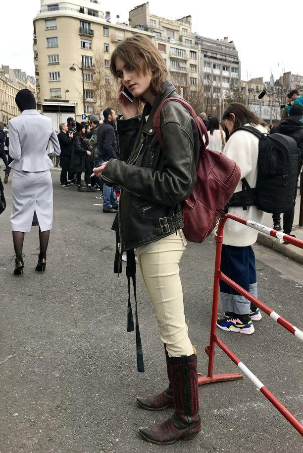 Malli poistui Chloé'n näytöksestä katu-uskottavat buutsit jalassaan.