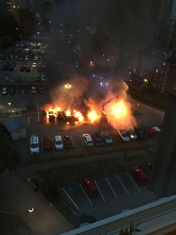 Ruotsissa lähiöiden jengirikollisuus on jo todellinen ongelma. Kuva Göteborgin Frölundasta, jossa roihusi kymmeniä autoja viime elokuussa.