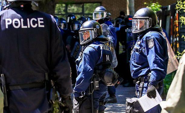 Naista epäillään puukottaneen kahta ihmistä Etelä-Ranskassa.