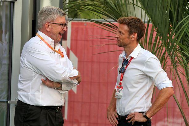 Brawn ja Button keskustelemassa vuonna 2019 F1-osakilpailun yhteydessä.