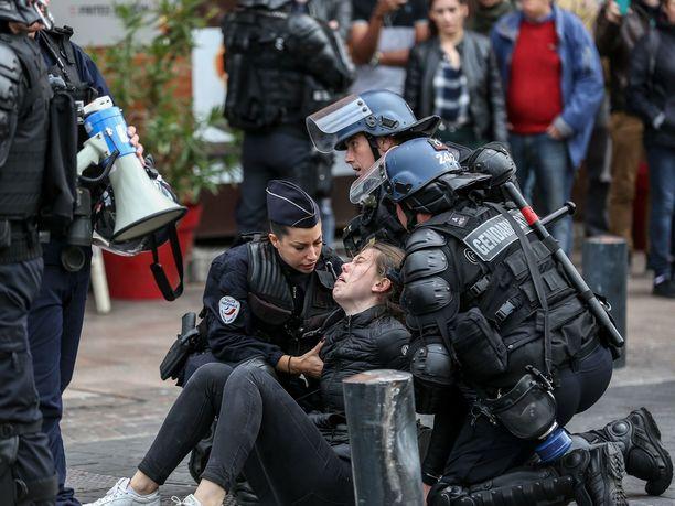 Ihmisoikeusjärjestö Amnesty arvostelee Ranskaa mielenosoittajien mielivaltaisista pidätyksistä ja hatarin perustein annetuista tuomioista.