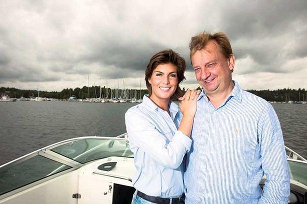 Helena Karihtala ja Hjallis Harkimo lähtivät yhteiselle veneretkelle Sipoonrannan maisemiin, jonne he rakennuttavat uutta asuinaluetta.