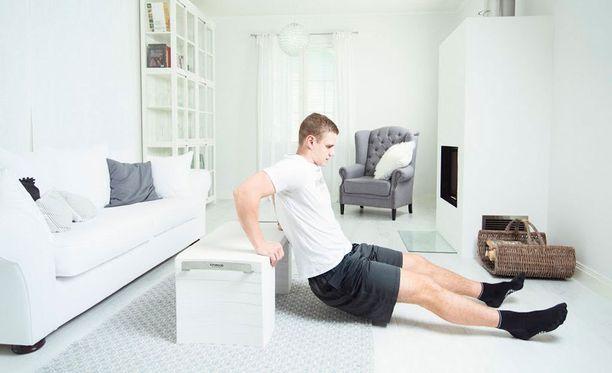Barkov treenaa sohvapöydällä.