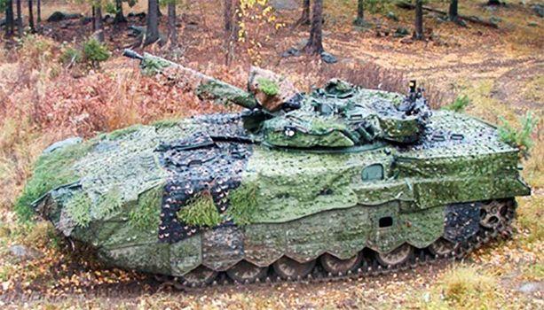 Tässä se on. Uudella naamiointijärjestelmällä varustetun rynnäkköpanssarivaunu BMP-2 MD (FIN) -prototyyppi syksy- ja talvimaastossa. Voimanlähteenä on vanha uskollinen 300-heppainen v-kutosdiesel. (SA-kuva)
