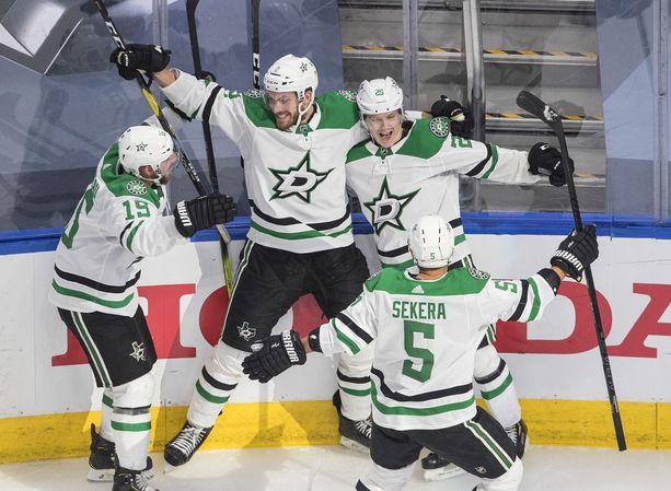 Joel Kiviranta (oikealla) ja Stars singahtivat Stanley Cupin finaaleihin.