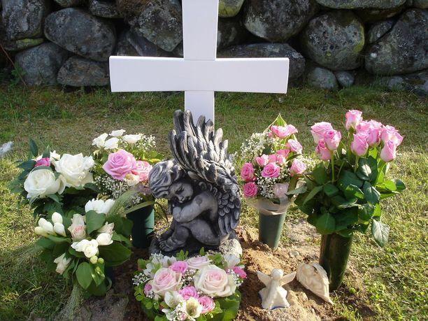 Jonna Puusaaren enkelityttövauvan hauta. Kuva on otettu päivänä, jolloin vanhemmat veivät haudalle tuhkauurnan.
