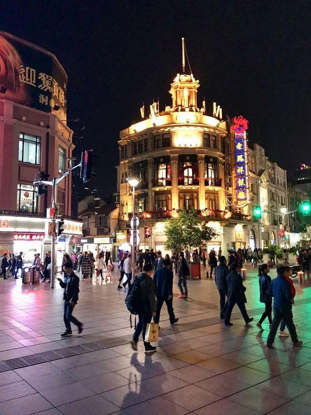 Bundin kävelykaduilla Shanghain keskustassa iltojen valomeri on huikaiseva. Valot sammuvat kello kymmeneltä illalla. Hallitus huolehtii siitä, että kansalaiset menevät ajoissa nukkumaan.