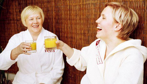 Ennen kahden tunnin hoitoja Anneli ja Mari vaihtavat mehulasin ääressä kuulumiset.