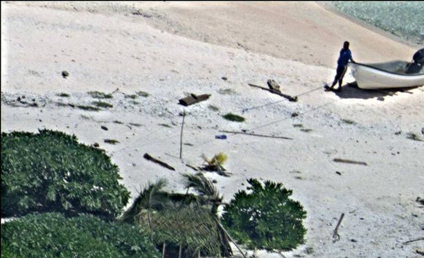 Saarelle haaksirikkoutunut pariskunta näyttää rakentaneen itselleen majan suojaksi.