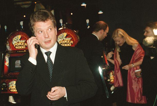 HALOO, KUULUUKO KREIKKA? Niinistö soitti kollegalleen Kreikan valtiovarainministerille 1.1.2002 Suomen euroon siirtymisen kunniaksi. Sittemmin Suomesta on Kreikkaan soiteltu euro-asioissa kireämmissä tunnelmissa.