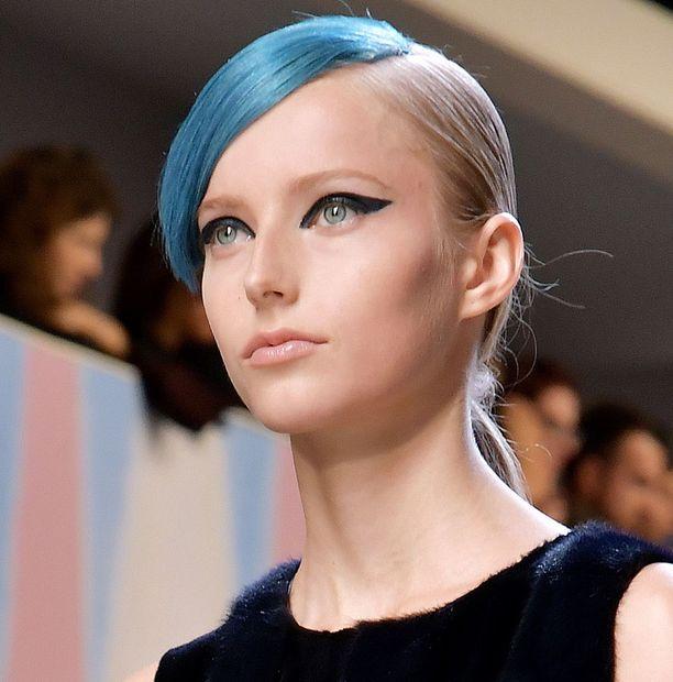 Fendin kevätnäytöksessä huomio kiinnittyi sinisiin ja vihreisiin tukkatyyleihin.