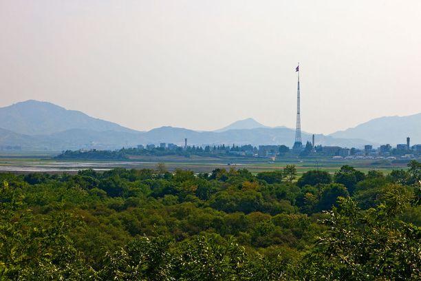 Kijong-dongin kylään on pystytetty yksi maailman korkeimmista lipputangoista.