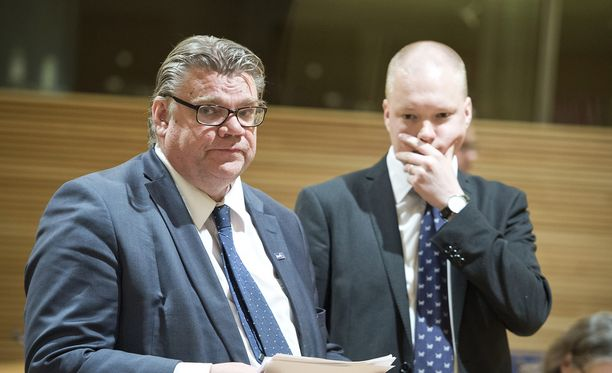 Timo Soinin valtiosihteeri Samuli Virtanen poistui pääministerin virka-asunnolta auton takakontissa.