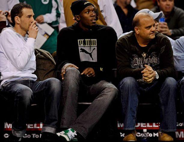 Usain Bolt on ottanut rennosti kilpailutauollaan. Tässä mies katsoo NBA-korista Bostonissa.
