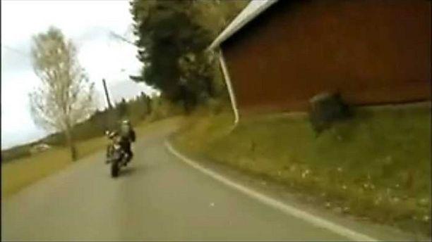 Ajokohtaukset sisälsivät vaarallisia ohituksia.