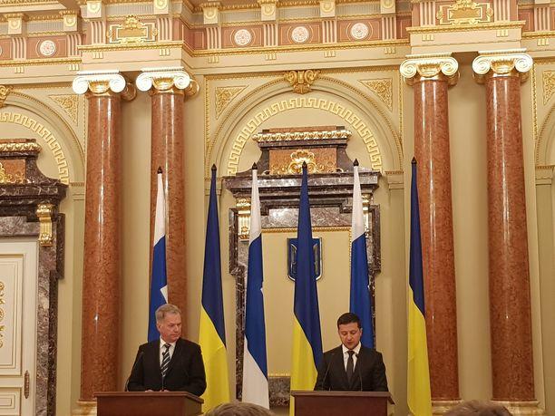 Suomen ja Ukrainan presidentit hehkuttivat yhteistyötä tiedoteustilaisuudessa.