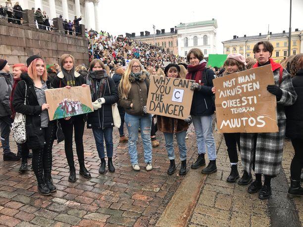 Helsingin kuvataidelukion oppilaat vaativat, että päättäjät ottavat heidän huolensa vakavasti. Ilmastolakkoon kuuluva marssi alkoi Senaatintorilta.