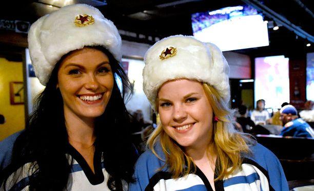 Sanna Salo (vas.) ja Julia Wiikeri muistelevat kolmen ottelun MM-matkaa Pietariin lämmöllä. - Oli melkein kuin kotikisoissa olisi ollut, kaksikko sanoo.