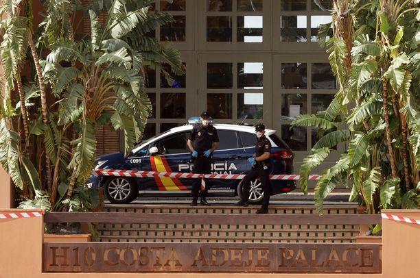 Poliisit vahtivat karanteenin pitävyyttä Costa Adeje Palace -hotellin ulkopuolella.