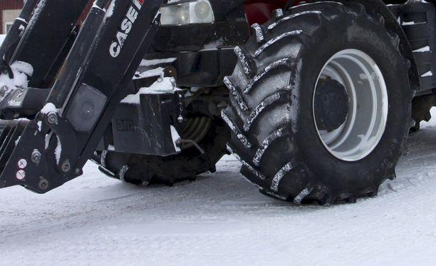 Traktori tuli tielle pihaliittymästä ja aiheutti kolarin. Kuvituskuva.