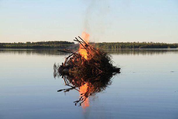 Mikäli metsä- tai nurmikkopalovaroitukset antavat myöten, niin juhannuksena voidaan polttaa kokkoja maanmainiossa kesäsäässä.