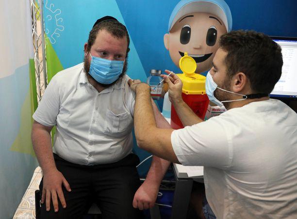 Mies sai kolmannen koronarokoteannoksensa elokuun lopussa Jerusalemissa Israelissa. Israelissa kolmas rokoteannos tarjotaan kaikille yli 30-vuotiaille, jotka ovat saaneet toisen rokoteannoksen yli 5 kuukautta sitten.