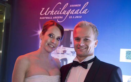 Lumiset jouluterveiset: Heikki Kovalaisen Catherine-vaimo poseeraa tonttutyttönä hangessa