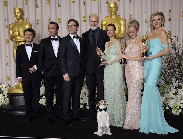 The Artist oli illan voittaja viidellä Oscarilla, joihin kuuluivat muun muassa parhaan elokuvan, parhaan ohjauksen ja parhaan miespääosan palkinnot. Kuvassa elokuvan työryhmää: tuottaja Thomas Langmann, näyttelijä Jean Dujardin, ohjaaja Michel Hazanavicius sekä näyttelijät James Cromwell, Berenice Bejo, Penelope Ann Miller ja Missi Pyle. Eikä sovi unohtaa edessä poseeraavaa Uggieta.