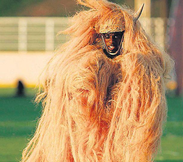 """Näin rivakasti pisti piruksi pukeutunut mies tanssiksi kriketin MM-kisojen avajaisissa Jamaikalla. Mahdollisesti hän halusi tanssillaan havainnollistaa paikallista sananlaskua """"paljon villoja, vähän porua"""" tai ties mistä saatananpalvonnasta oli kysymys."""