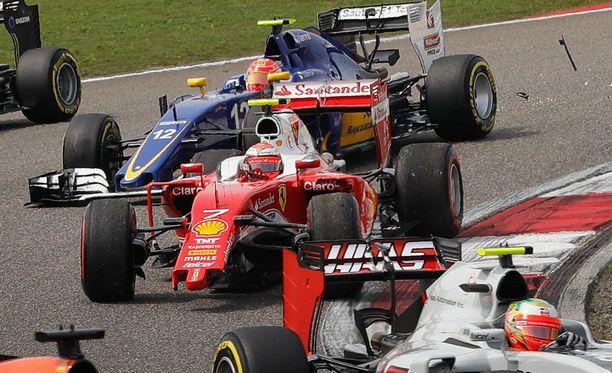 Kimi Räikkönen menetti etusiipensä heti kisan alussa.