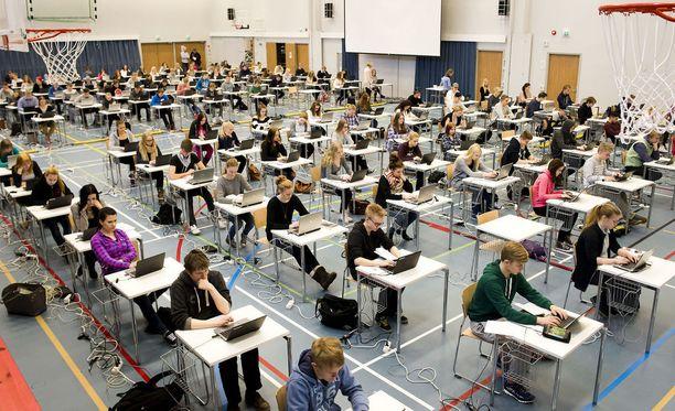 Kuva taannoisesta sähköisen ylioppilaskirjoituksen kokeilusta. YO-tutkinto uudistuu.